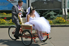 Lustiges Hochzeitsradfahren Stockfotos