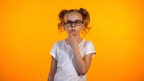 Lustiges Jugendlicheholdingkinn und Denken, wenig Genie, das neue Idee entwickelt stockbilder