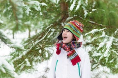 Lustiges Jungenschreien der Freude Schneeball spielend Lizenzfreie Stockfotografie