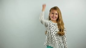 Lustiges junges Mädchen, das zweimal Erfolgsgeste auf dem weißen Hintergrund zeigt Langsame Bewegung stock video