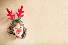 Lustiges Kind, das durch Loch auf Pappe schaut stockbilder