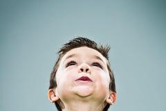 Lustiges Kind, das oben schaut Stockfotos