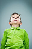 Lustiges Kind, das oben schaut Stockbild