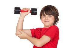 Lustiges Kind, das Sport mit Gewichten spielt Stockbild
