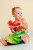 Lustiges Kind, das Wassermelone isst Lizenzfreies Stockfoto