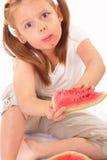 Lustiges Kind, das Wassermelone isst Lizenzfreies Stockbild
