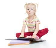 Lustiges Kind im eyeglases Lesebuch lokalisiert Lizenzfreie Stockbilder
