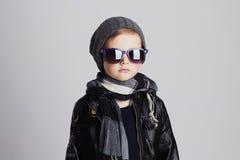 Lustiges Kind im Schal und im Hut Moderner kleiner Junge in der Sonnenbrille Stockbilder