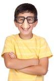 Lustiges Kind mit Gläsern und Wekzeugspritzenwitz Stockfotografie