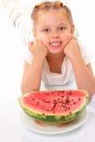Lustiges Kind mit Wassermelone stockfotografie