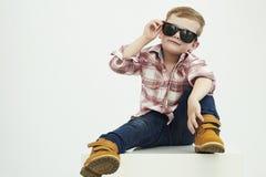 Lustiges Kind Moderner kleiner Junge in der Sonnenbrille stilvolles Kind in den gelben Schuhen Lizenzfreie Stockbilder