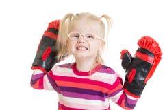 Lustiges Kind oder Kind beim Brillenboxen lokalisiert Lizenzfreie Stockfotos