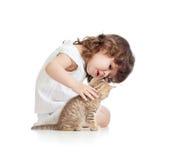 Lustiges Kindmädchen, das mit Katzekätzchen spielt Lizenzfreies Stockfoto