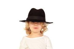 Lustiges kleines blondes Kind mit schwarzem Hut Lizenzfreie Stockbilder