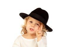 Lustiges kleines blondes Kind mit schwarzem Hut Lizenzfreie Stockfotografie
