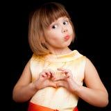 Lustiges kleines kaukasisches blondes Mädchen auf schwarzem Hintergrund Lizenzfreie Stockfotografie