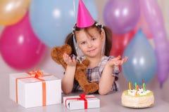 Lustiges kleines Mädchen auf ihrem Geburtstag stockfotografie
