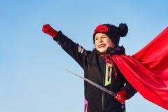 Lustiges kleines Mädchen, das Energiesuperhelden spielt lizenzfreie stockbilder