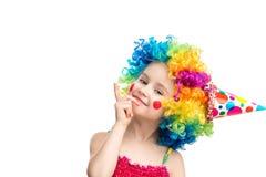 Lustiges kleines Mädchen in der mehrfarbigen Perücke Stockbilder