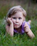 Lustiges kleines Mädchen im Gras Stockfotografie