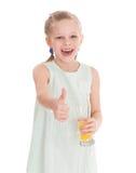 Lustiges kleines Mädchen mit dem Daumen oben Stockfoto