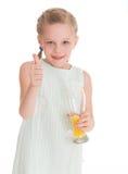 Lustiges kleines Mädchen mit dem Daumen oben Lizenzfreies Stockfoto