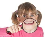Lustiges kleines Mädchen mit den fehlenden Milchzähnen Stockbild