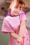 Lustiges kleines Mädchen mit einem Biskuit lizenzfreie stockfotografie
