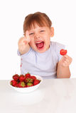 Lustiges kleines Mädchen mit Platte mit Erdbeeren stockbild