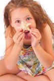 Lustiges kleines Mädchen mit Starfish Stockfotografie