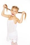 Lustiges kleines Mädchen mit Zöpfen lizenzfreie stockfotos