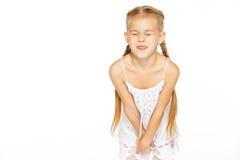 Lustiges kleines Mädchen mit Zöpfen lizenzfreie stockfotografie