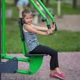 Lustiges kleines Mädchen nimmt an Sportausrüstung der im Freienteil liebhaberei stockbilder