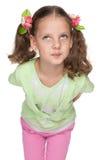 Lustiges kleines Mädchen schaut oben Lizenzfreies Stockbild