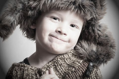 Lustiges lächelndes Kind im Jungen des Pelzes hat.fashion.winter style.little Stockbild