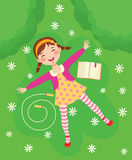 Lustiges Mädchen, das auf grünem Gras sich entspannt Lizenzfreie Stockfotografie