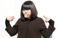 Lustiges Mädchen, das einen Gummi durchbrennt Lizenzfreie Stockbilder