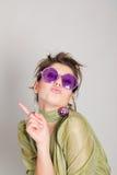 Lustiges Mädchen in den fantastischen Gläsern Stockfotos