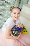 Lustiges Mädchen des Kleinkindes zu Hause bereit, Frühling und Ostern zu feiern lizenzfreie stockfotografie