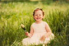 Lustiges Mädchen draußen, Kinderlächeln Lizenzfreies Stockbild