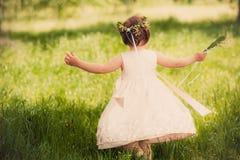 Lustiges Mädchen draußen, Kindheit Lizenzfreies Stockfoto