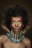 Lustiges Mädchen mit dem Afrohaar Lizenzfreies Stockbild