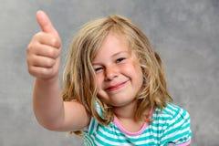 Lustiges Mädchen mit dem Daumen oben Lizenzfreies Stockbild