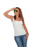 Lustiges Mädchen mit der Sonnenbrille, die Seite betrachtet Stockfotos