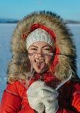Lustiges Mädchen mit einem Eiszapfen Stockbild