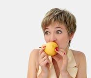 Lustiges Mädchen mit einer Birne lizenzfreie stockfotografie