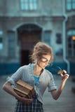 Lustiges Mädchen mit Gläsern und eine Weinlese kleiden an lizenzfreies stockfoto
