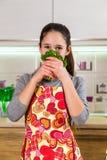 Lustiges Mädchen mit Petersilie auf Gesicht Lizenzfreie Stockfotografie