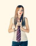 Lustiges Mädchen weared Trägershirt- und Mannbindung Lizenzfreies Stockfoto
