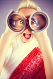 Lustiges Mädchenportrait mit Teleskop Stockfotografie
